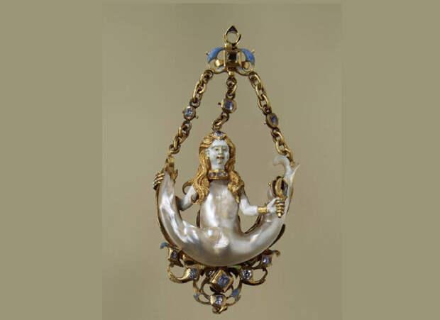 У этой Сирены все тело, кроме головы, выполнено из жемчужины Парагон, инкрустация топазами, золото, эмаль.