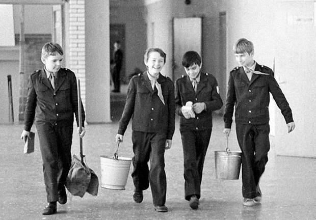 Как бы ни хотелось бежать на улицу после уроков, в компании друзей оставаться на дежурство все-таки было веселее Дежурство, как это было, ностальгия, фото, школа