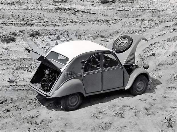 Полноприводной утенок? Так точно — это версия 2CV Sahara! Причем колеса каждой оси обслуживал свой двигатель! Citroen 2CV, citroen, авто, автомобили, олдтаймер, ретро авто, францкзкий авто