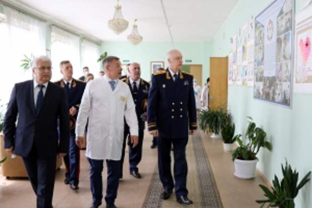 Александр Бастрыкин посетил Госпиталь для ветеранов войн в Санкт-Петербурге и поздравил пациентов с прошедшим Днем Победы
