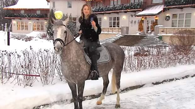 «Новое дворянство»: Стрелков пристыдил Поклонскую за шоу с бокалом на лошади