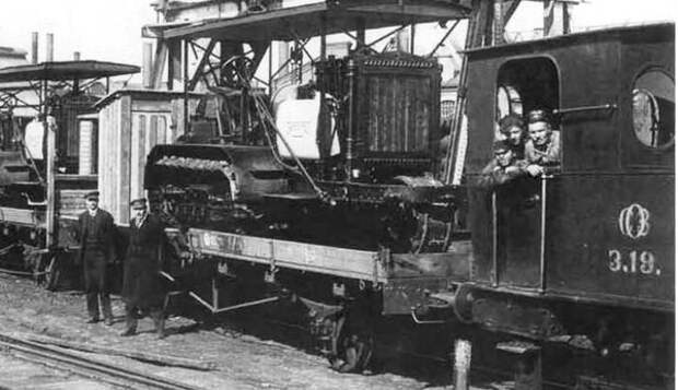 """Петроградские тракторы """"Холт"""" отправляются с завода, 1922 год"""