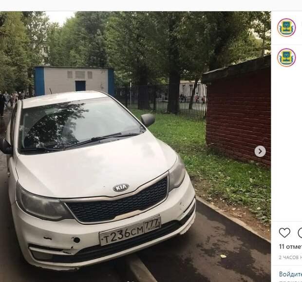 Автохам перекрыл тротуар школьникам в Кузьминках