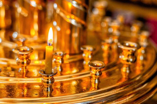 Прикурившему от свечи в церкви подростку грозит тюремный срок