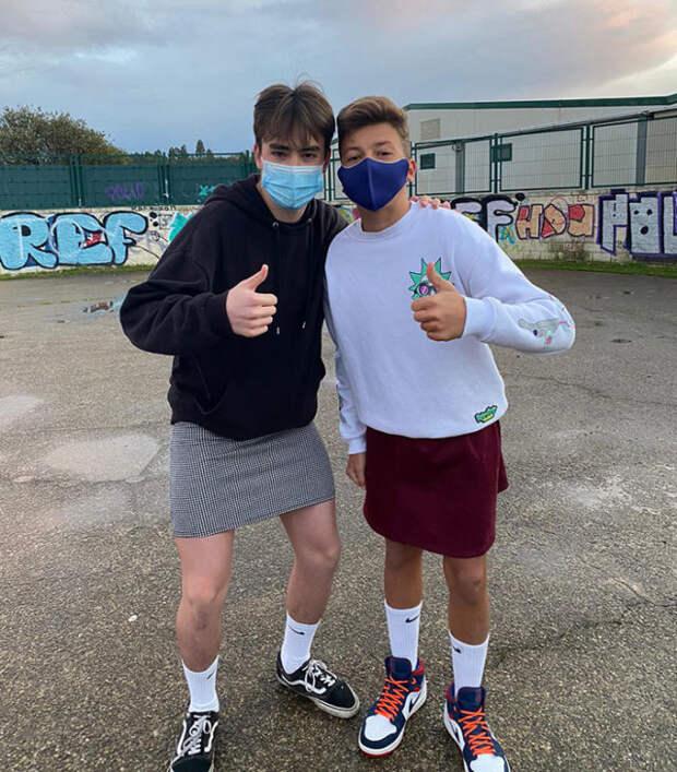 два парня в масках и юбках