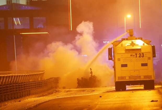 Пожарные ликвидируют последствия взрыва.
