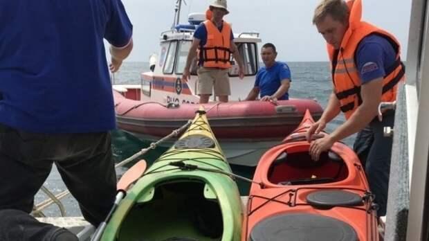 Трёх человек на каяках и двоих на катамаране чуть не унесло ветром в Чёрное море