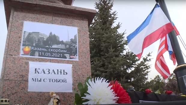 Крымчане продолжают нести цветы и игрушки к мемориалам после трагедии в Казани
