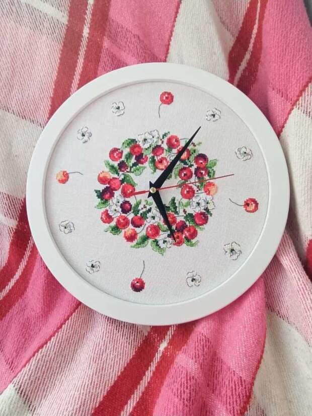 Часы с вишенками