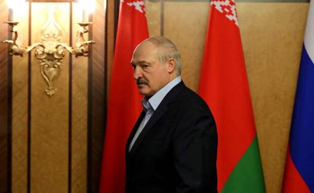 Лукашенко прилетел в резиденцию в Минске с автоматом