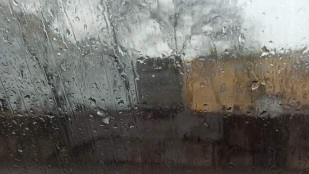 Сильный ливень с грозой обрушился на Петербург