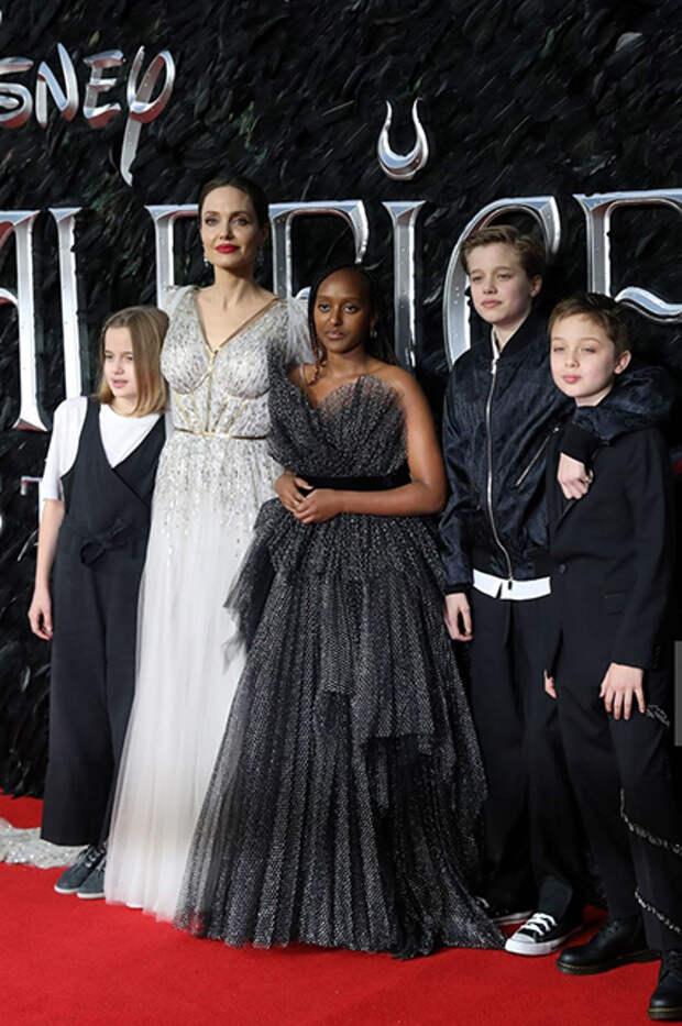 Анджелина Джоли с дочерьми Вивьен, Захарой и Шайло и сыном Ноксом