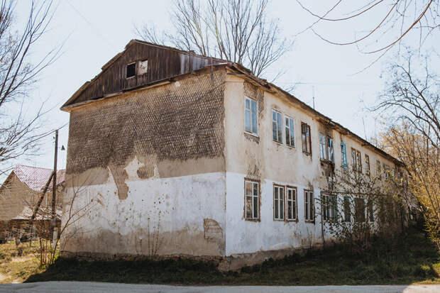 Крымской сироте выдали квартиру в полузаброшенном доме