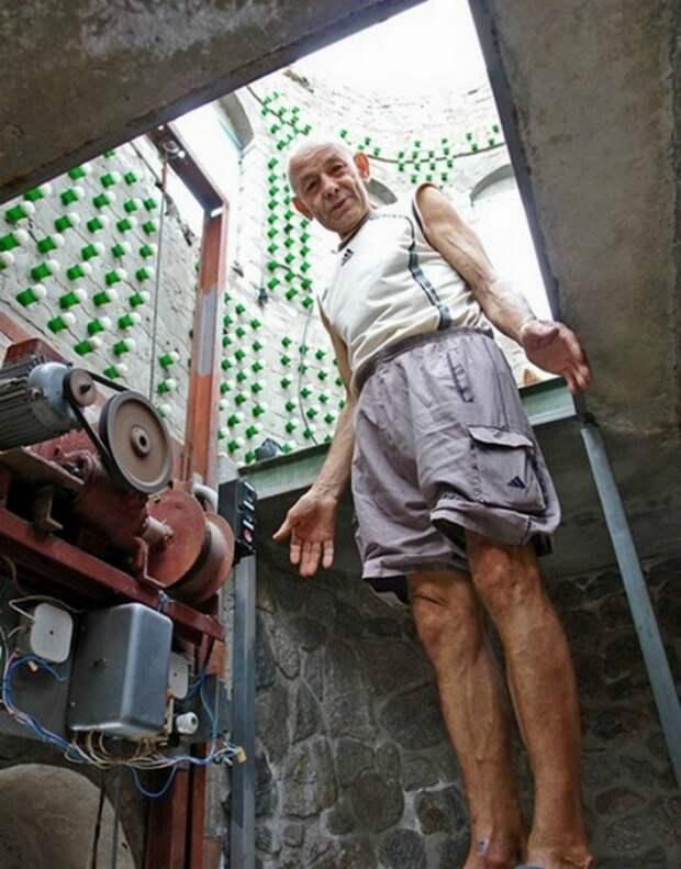 Восемь тысяч бутылок из-под шампанского и 20 лет жизни понадобилось украинцу, чтобы построить дачу бутылки, дом. замок, своими руками, стройка