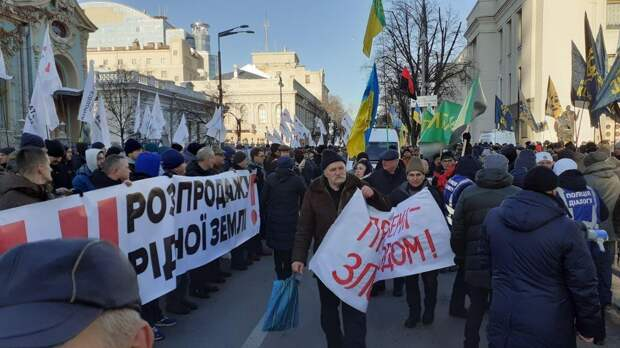 Аграрии вместе с радикалами начали бунт против открытия рынка земли у Рады