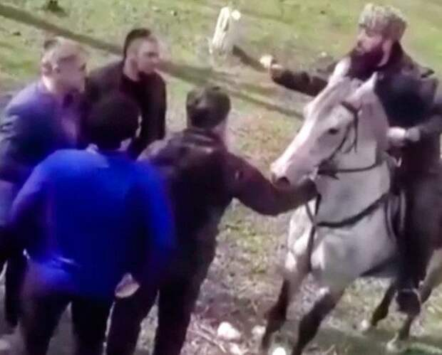 Дагестанская полиция остановила колонну всадников из Чечни, ехавших с криком «Ахмат - сила!»