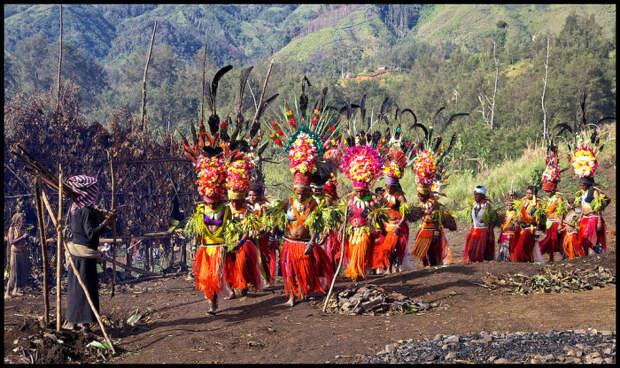 Праздник в Симбаи, в котором принимают участие женщины племени Калам.