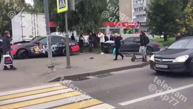 На Петрозаводской «Мерседес» и «Ауди» столкнулись и вылетели на пешеходов