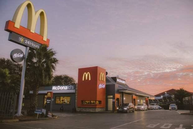 Темнокожий медиамагнат подал на McDonald's иск на $10 млрд. за расовую дискриминацию