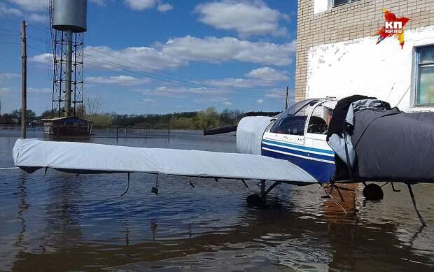 Затопленными оказались и строения аэродрома. ФОТО Виталий КОРОЛЕВ