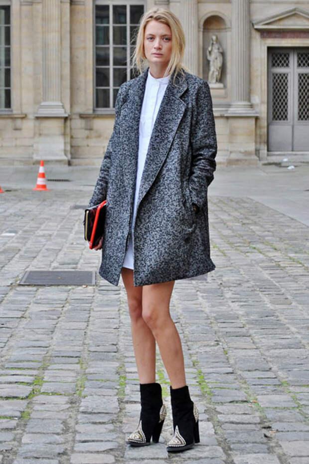 Девушка в сером пальто до колен