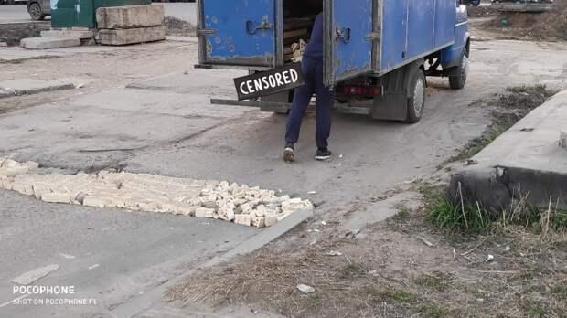 «Герой, у которого нет плаща»: ярославец заделал огромную яму на дороге кирпичами