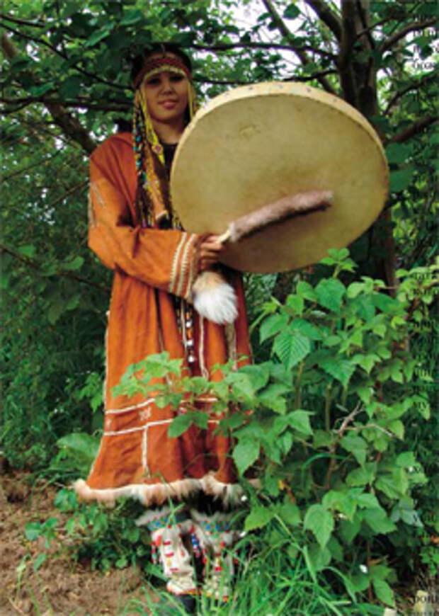 Бубен не только обычный музыкальный инструмент, но и незаменимый атрибут шамана. Обычный бубен есть во многих корякских семьях; под его аккомпанемент исполняются личные песни, танцы. Прикасаться же к оживленному шаманскому бубну разрешено лишь самому шаману или его помощникам: ведь инструмент этот — фатальный…