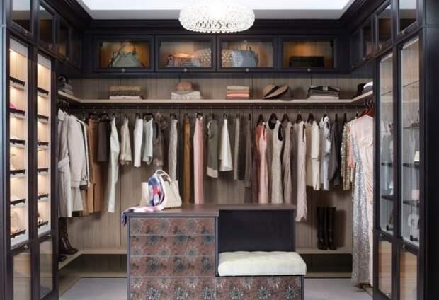Просторная гардеробная комната, в которой все продуманно до мелочей.