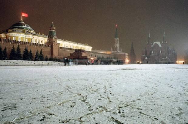 1991 декабрь 21 флаг СССР одну из последних ночей развивается над кремлём.jpg