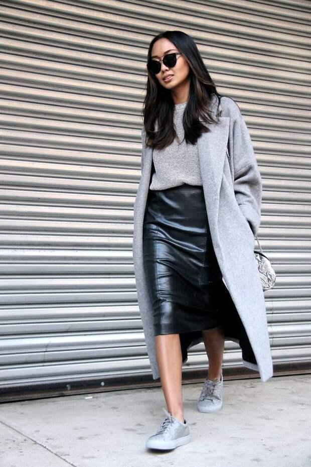 Девушка в длинном пальто и кожаной юбке