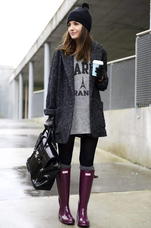 Девушка в резиновых сапогах и пальто