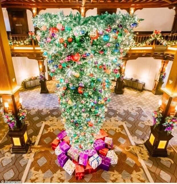 """Разноцветные ели - не единственный модный тренд. Популярны рождественские елки, установленные """"вверх ногами"""" - такие украшают холлы многих отелей и комплексов. trendy, креатив, новый год, рождество, сша, ферма, фото, ёлки"""