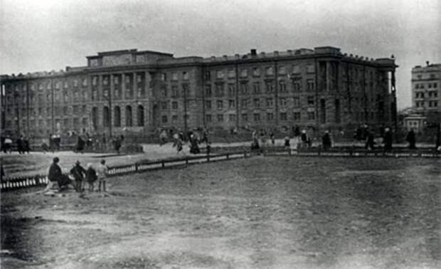 Свердловск. Здание где находились ценности Оружейной палаты во время войны. 19411945 годы.jpg