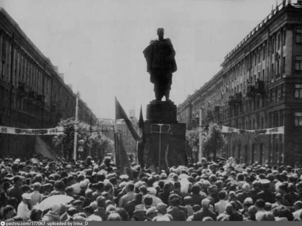 В 1993 году в Воронеже установили памятник генералу Черняховскому, привезённый из Вильнюса, где его демонтировали сразу после распада СССР. история, факты, фото
