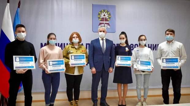 Глава Ноябрьска вручил сертификаты на поездку в Севастополь активной молодёжи города