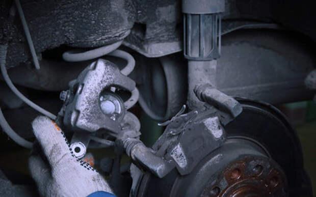 Замена тормозных колодок: как правильно утопить поршни?