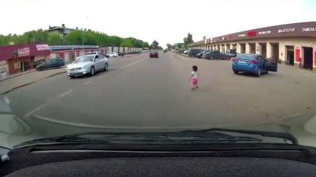 Трехлетняя девочка выпала из ехавшей легковушки в Алматинской области (видео)