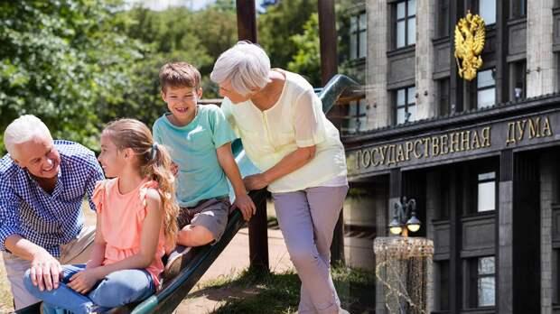 Минтруда заявило, что в России станут платить бабушками и дедушкам за то, что они сидят в внуками: когда начнутся выплаты