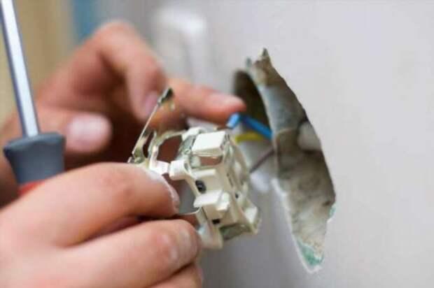 Зачем в электрической вилке нужно металлическое отверстие