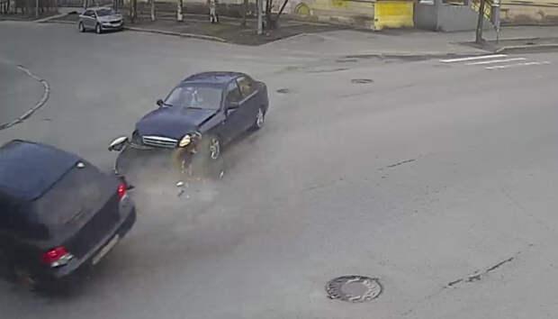 Две иномарки столкнулись на перекрестке в Петрозаводске