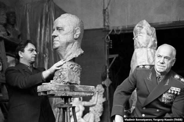 Отставной Маршал Советского Союза Георгий Жуков позирует скульптору Виктору Думаняну, 1966 год