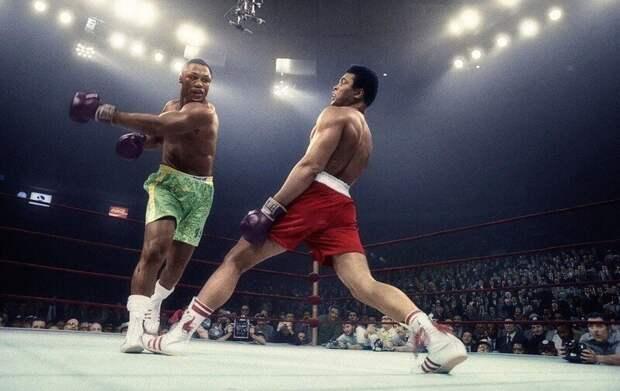 Джо Фрейзер отправил в нокдаун Мухаммеда Али в 15-м раунде Матча Века. США. 08.03.1971 г..