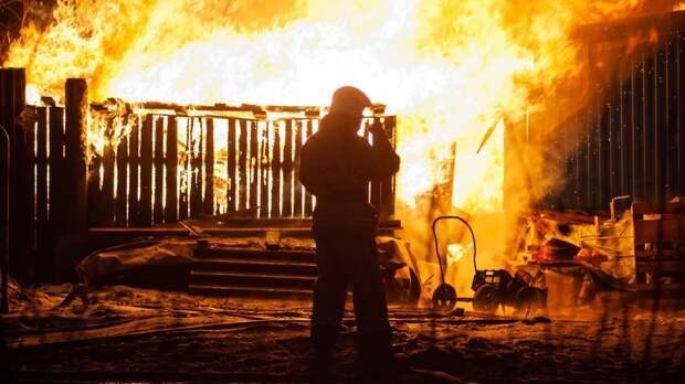 Квартира жилого дома горит на площади 18 «квадратов» в Петербурге