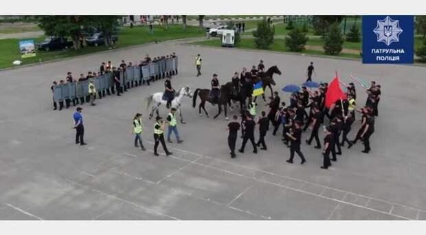 В Харькове полицейские оказались в центре скандала из-за использования флага Украины во время учений