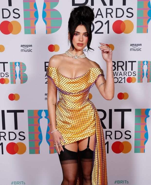 Современная Мария-Антуанетта: разбираем причёску и макияж Дуа Липы с BRIT Awards
