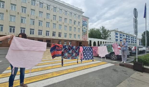 В Уфе жители «квартала ада» вышли к зданию мэрии сушить белье