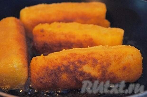 Обжарить палочки до золотистого цвета с 4-х сторон с добавлением растительного масла. Выложить палочки на бумажное полотенце, чтобы удалить излишки масла.