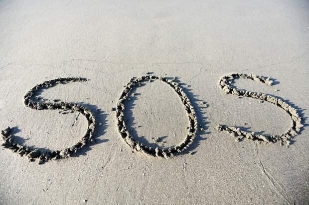 Надпись SOS на песке помогла найти троих пропавших моряков