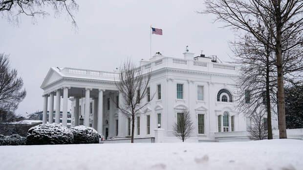 Президент США перешел на режим работы из дома из-за снега
