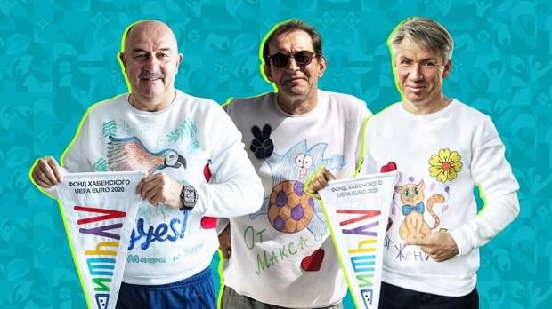 Сборная России по футболу вышла на тренировку в свитшотах, разрисованными детьми, которые победили болезнь или еще борются с опухолью мозга